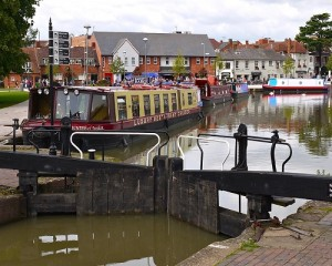 The canals and barges of Stratford on Avon are a picturesque area to explore when on holiday at Cotswold Manor