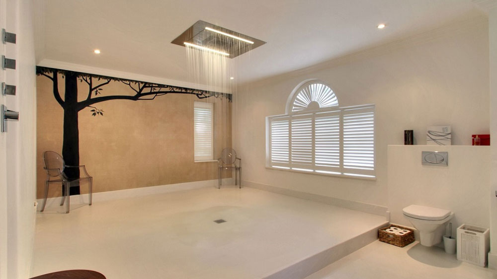 Sussex Manor has 5 glamorous shower & bathrooms in this large house.