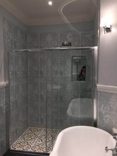 bathroom to parrotflamingo room